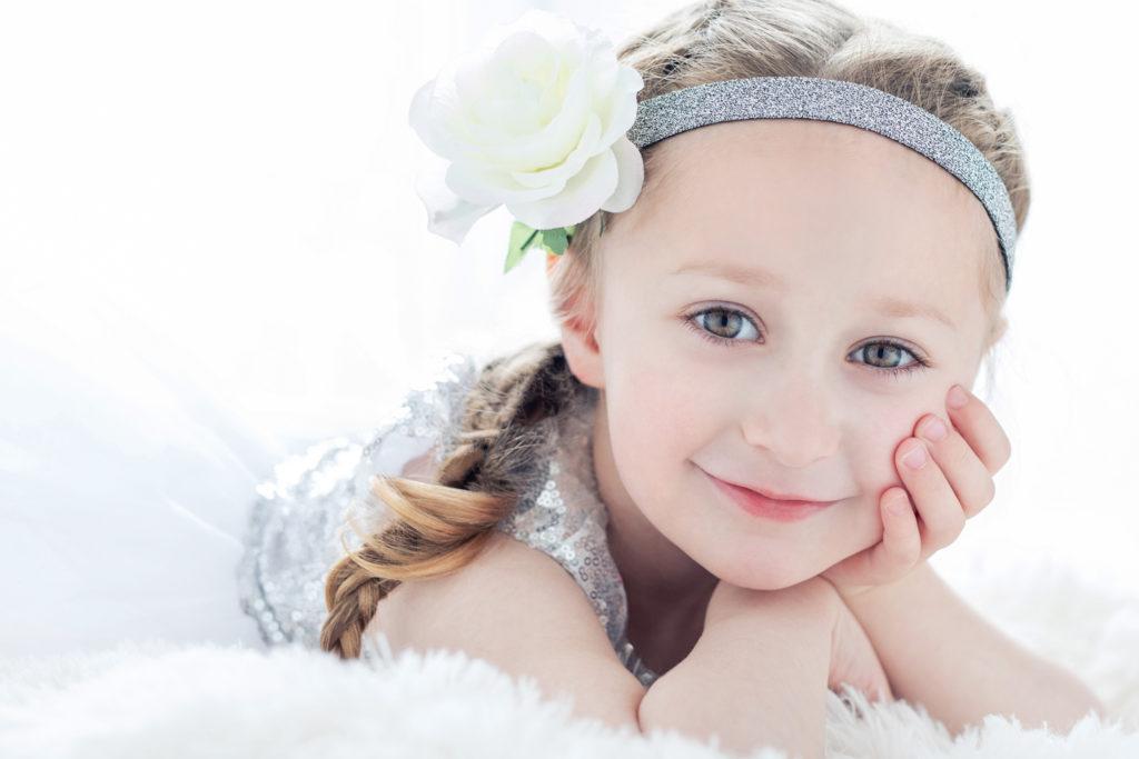 petite fille contre-jour fleurs blanche tresse photo portrait studio lot-et-garonne marmande tonneins virazeil