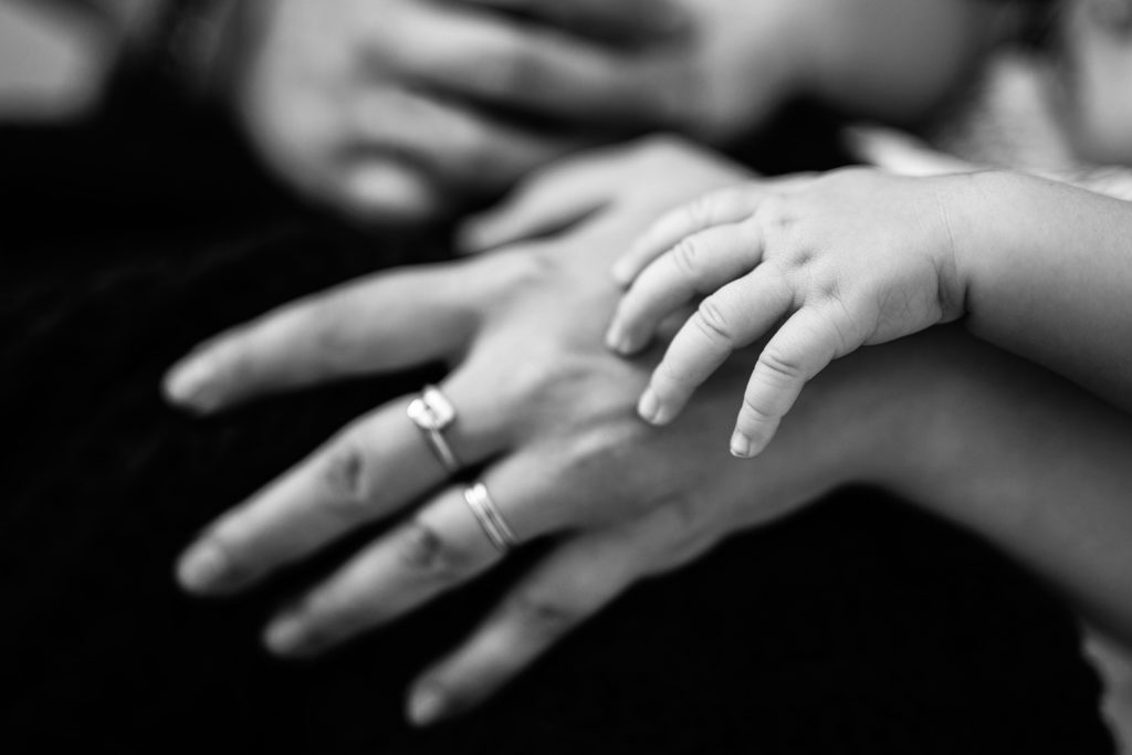 photo artistique nouveau-né bébé détails main garçon lot-et-garonne marmande tonneins virazeil