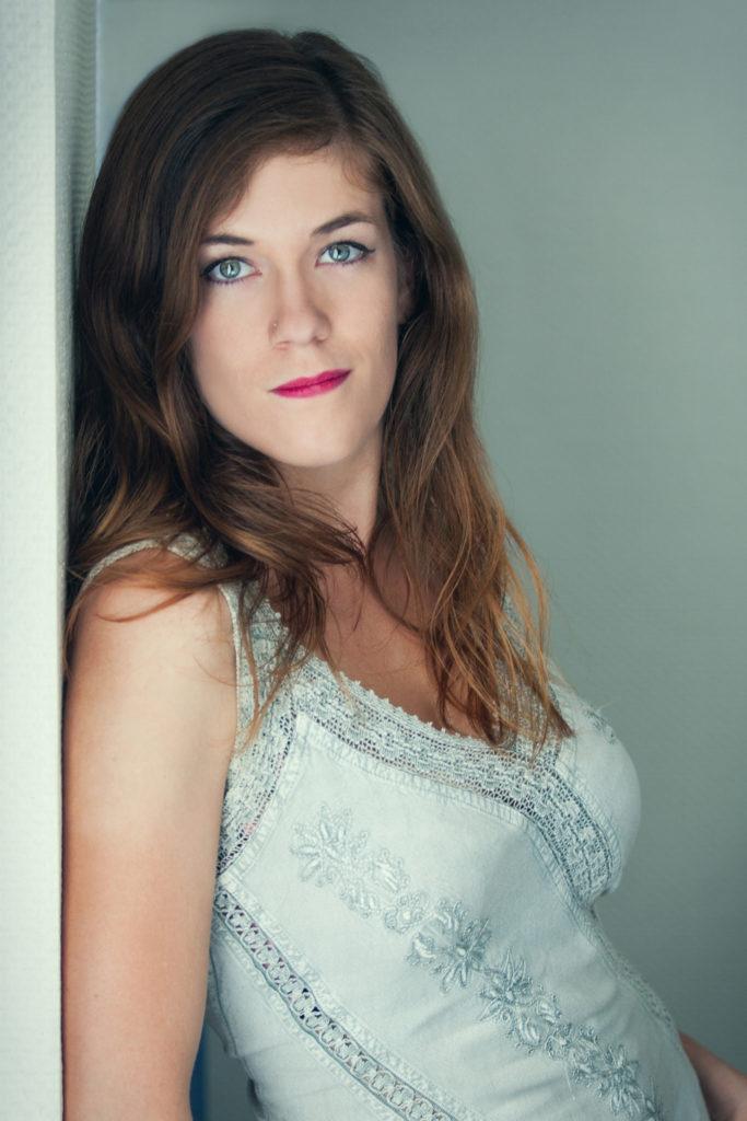 magazine jeune femme pose mur fashion photo portrait studio lot-et-garonne marmande tonneins virazeil